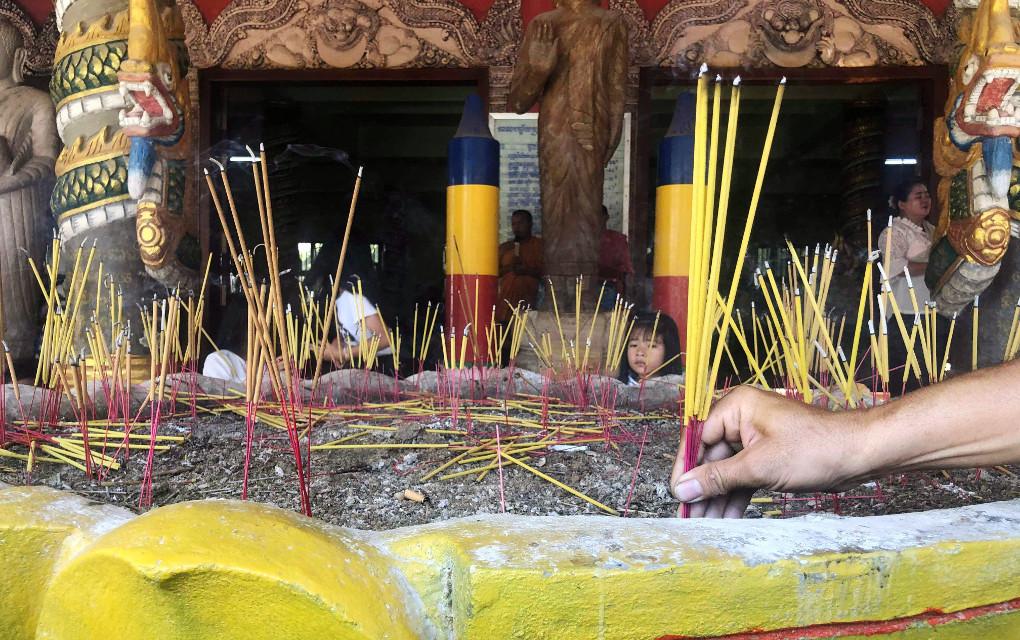 Incense at Samakki Raingsey pagoda on September 27, 2019. (Va Sopheanut)