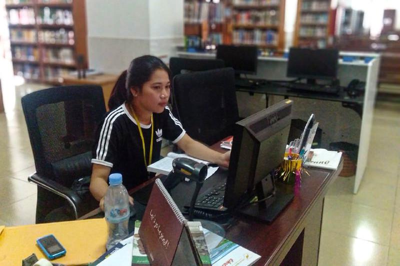 University student Kuy Nary, 21, works at the University of Cambodia's Honda library on September 21, 2019 (Va Sopheanut)